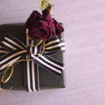 Le cadeau d'anniversaire pour emballer un homme